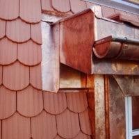 Angle suppérieur de lucarne avec sur le haut la grille pare-moineaux