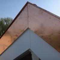 Pour alleger l'effet visuel de l'augmentation de l'épaisseur du bord de toit du à l'isolation le blindage inférieur est en alu blanc