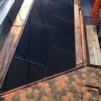 Installation photovoltaïque intégrée avec faux panneaux aux raccords